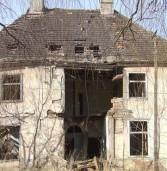 Zrujnowany dwór w Dobropolu