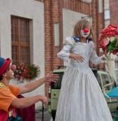 Występy żonglersko-kuglarskie przed ratuszem