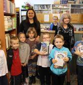 Uroczyste pasowanie pierwszoklasistów na czytelników biblioteki