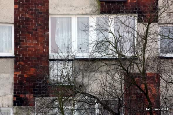 Mężczyzna wypadł z balkonu