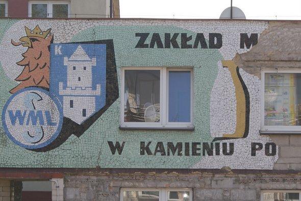 Mozaika na budynku po mleczarskim skuwana! Czy w całości przejdzie do historii?