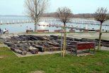Kamieńska Marina bez jachtów z wrakiem w tle
