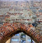 Palący problem – w Kamieniu Pomorskim sypiące się mury obronne, brak szaletów i mało parkingów…