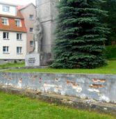 Mur przy pomniku czeka na odnowienie