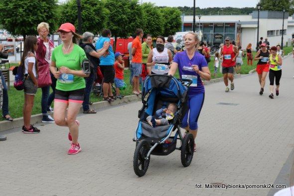 Przy zabytkach uliczkami tam biegacze podążali…