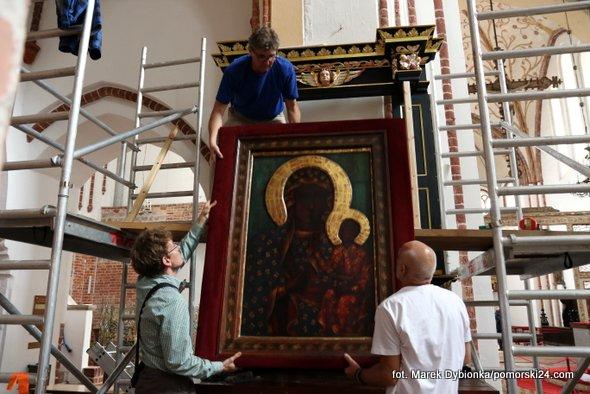 Odnowiony ołtarz Matki Boskiej Częstochowskiej  powrócił do kamieńskiej Katedry po długiej i mozolnej renowacji