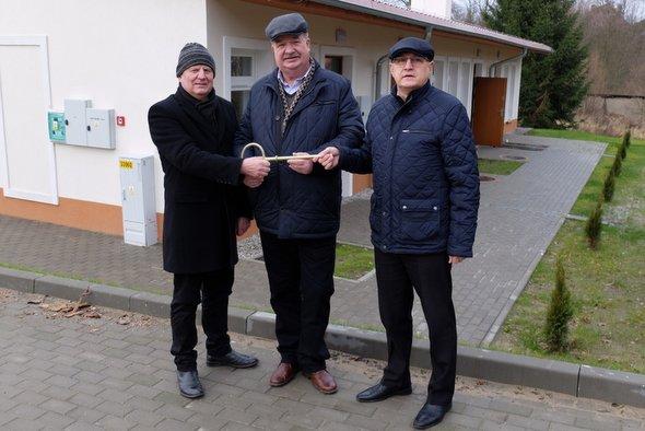 Burmistrz Golczewa otrzymuje klucze do mieszkań socjalnych