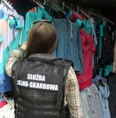 Podrabiana odzież na targowisku w Świnoujściu