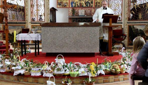 Wielka Sobota – święcenie pokarmów i adoracja Chrystusa złożonego do grobu [film]