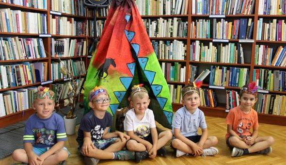 """""""W indiańskiej wiosce"""" – rodzinne warsztaty plastyczne w bibliotece"""